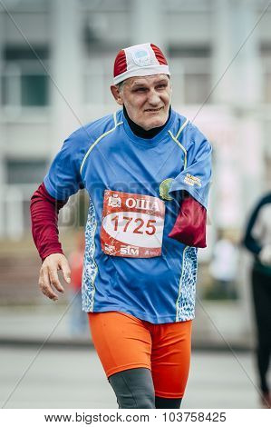 old man runner one-armed disabled person running down street