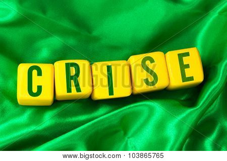 Crise (Crisis in Portuguese) written on yellow cube on green background