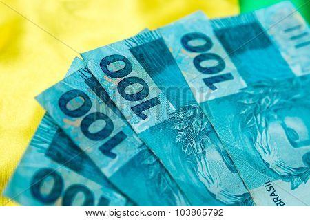 (100 Reais) on the brazilian flag