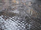 Постер, плакат: Мокрый мощеной улице в Риме