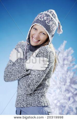 Frau glücklich, dass sie warmen Kleidung trägt