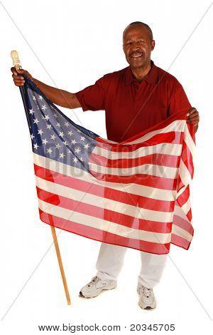 Homem americano africano, segurando a bandeira americana com orgulho sobre fundo branco puro