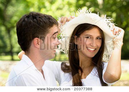 pareja de enamorados que se divierten