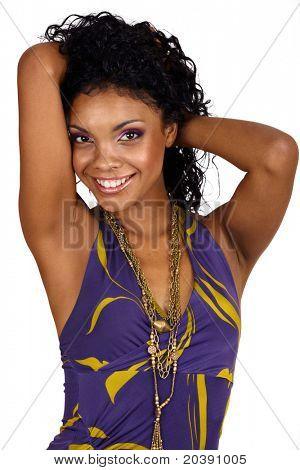Mulher africana bonita com cabelo longo encaracolado em vestido pescoço roxo e a maquilhagem roxa