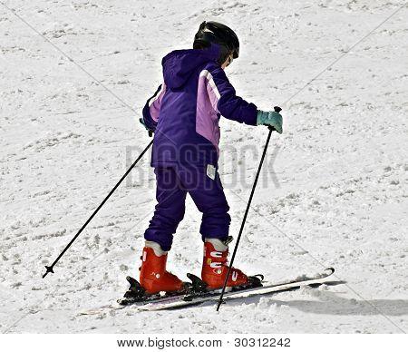 Chica joven con esquís