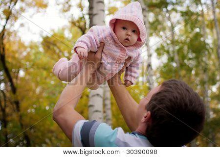 glücklicher Mann mit Babymädchen