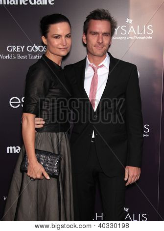 LOS ANGELES - 01 de JUN: Balthazar Getty & Rosetta Millington chegam à crisálida borboleta bola 1