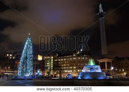 Londres - el 18 de diciembre: La Navidad árbol en Trafalgar Square está iluminado con luces azules en niños