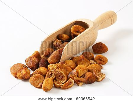 portion of dried figs with measuring spoon