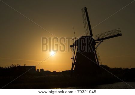 Siluet Of Dutch Windmill (kinderdijk) In Sunset