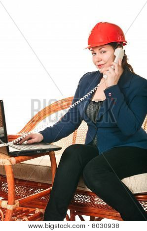 Girl in red Helm mit dem laptop
