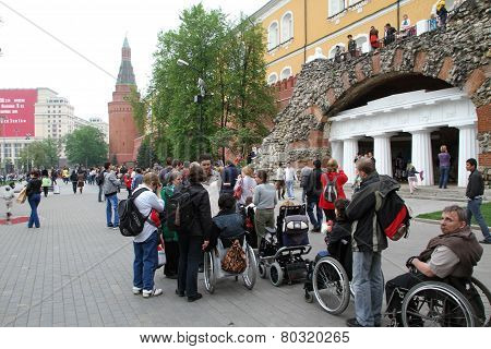Line to the Eternal flame in which there were disabled people in carriages