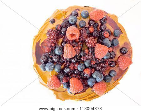 Naked cake full of dulce de leche and berries