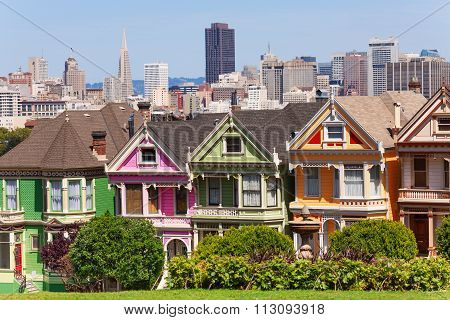 Painted ladies from Alamo square and SF skyline