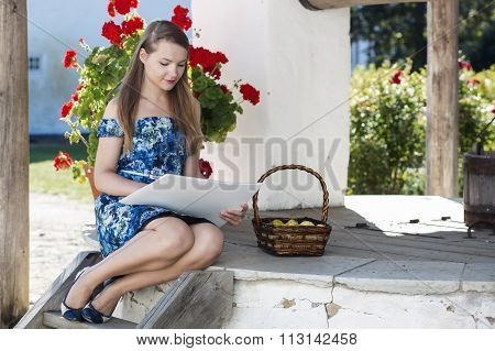 Girl sits on the well making sketches