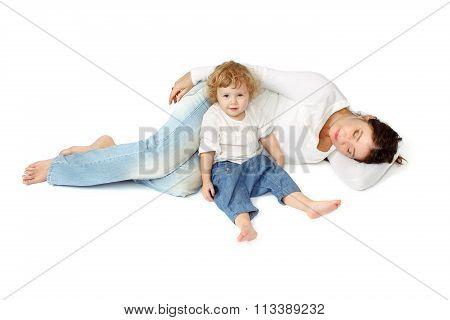 Mom sleep, the child is awake