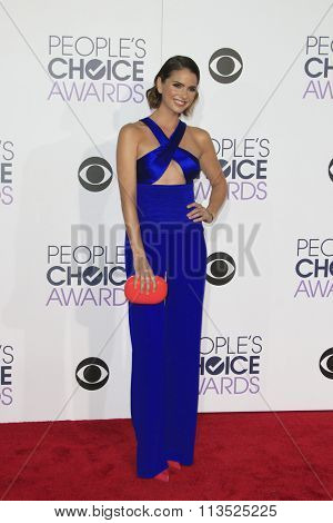 LOS ANGELES - JAN 6:  Shelley Hennig at the Peoples Choice Awards 2016 - Arrivals at the Microsoft Theatre L.A. Live on January 6, 2016 in Los Angeles, CA