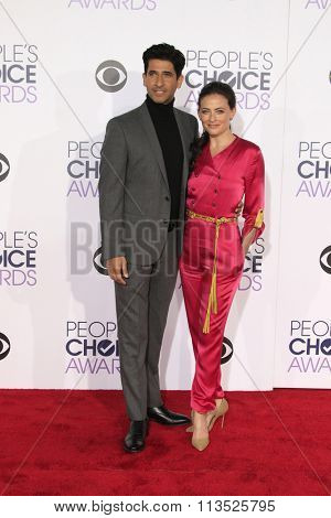 LOS ANGELES - JAN 6:  Raza Jaffrey, Lara Pulver at the Peoples Choice Awards 2016 - Arrivals at the Microsoft Theatre L.A. Live on January 6, 2016 in Los Angeles, CA