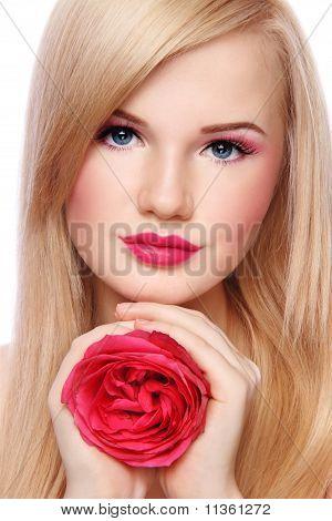 Blondes Mädchen mit Rose