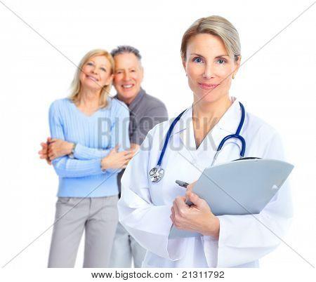 Médico sonriente con estetoscopio y pareja de ancianos
