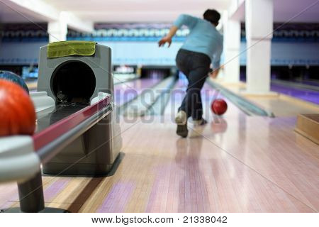 Man exactly throws up ball on skittles in bowling club