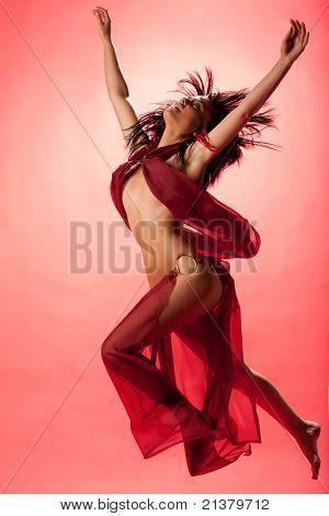 sexy Frau kleidete sich wie ein nahöstlichen Harem-Mädchen