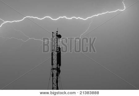 Antenna for a cellular connection under a thunderbolt
