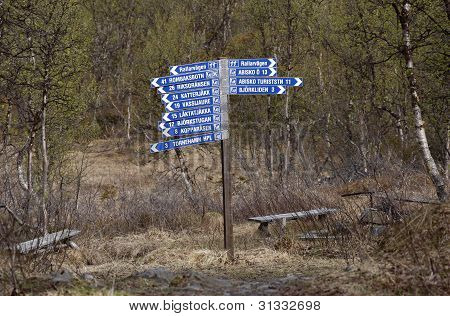 Signpost in blue and white along the Navvy road.