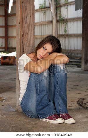 Preciosa morena, sentado en una bodega abandonada (4)