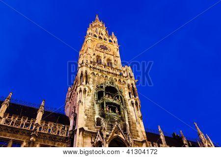 beleuchtete Fassade des neuen Rathauses am Marienplatz in München, Deutschland