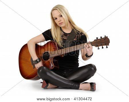 Sitzen auf dem Boden, Gitarre spielen