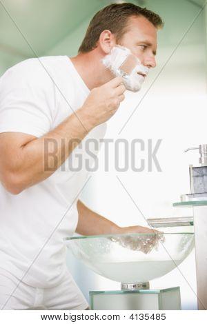 Mann im Badezimmer Rasur