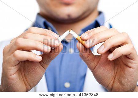 Médico quebrar um cigarro