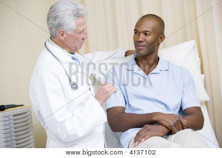 Médico dando o Checkup de homem na sala de exame