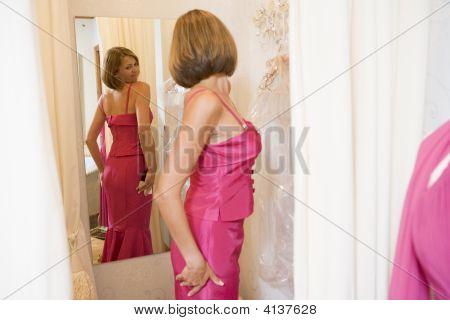 Mujer probandose vestidos y frunciendo el ceño