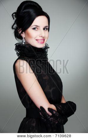 Agraciada mujer en vestido negro