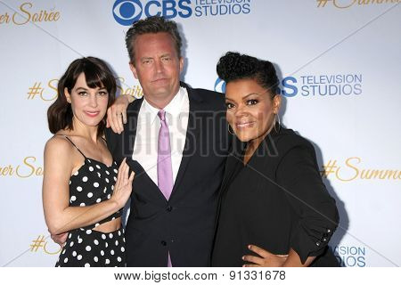 LOS ANGELES - MAY 18:  Lindsay Sloane, Matthew Perry, Yvette Nicole Freeman at the CBS Summer Soiree 2015 at the London Hotel on May 18, 2015 in West Hollywood, CA