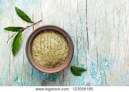 dry and fresh bay laurel leaf in a bowl