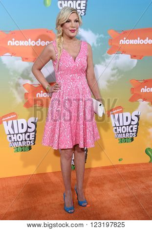 LOS ANGELES - MAR 12:  Tori Spelling arrives to the Nickeloden's Kid's Choice Awards 2016  on March 12, 2016 in Hollywood, CA.