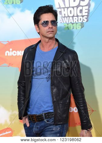 LOS ANGELES - MAR 12:  John Stamos arrives to the Nickeloden's Kid's Choice Awards 2016  on March 12, 2016 in Hollywood, CA.