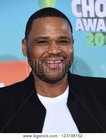 LOS ANGELES - MAR 12:  Anthony Anderson arrives to the Nickeloden's Kid's Choice Awards 2016  on March 12, 2016 in Hollywood, CA.