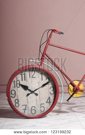 wall clock built into the bicycle wheel - creative idea