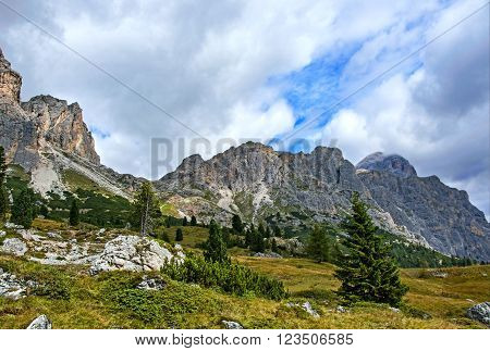The Great Dolomite Road is a breathtaking scenic drive that crosses the alpine passes, connecting the Bozen and Bolzano regions.