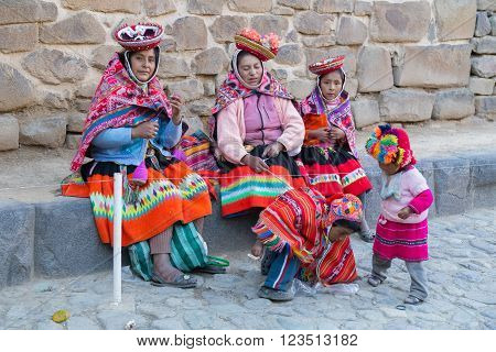 Ollantaytambo, Peru - Circa June 2015: Women And Children In Traditional Peruvian Clothes In Ollanta
