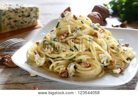 Spaghetti pasta with gorgonzola cheese and nuts
