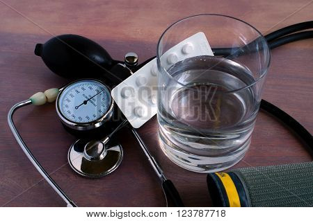 Regular pressure measurement and correction using medicines