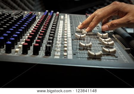 selective focus finger sound tuning of sound mixer