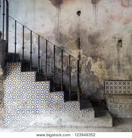 Las viejas escaleras de una hacienda,  aun viven sus mosaicos