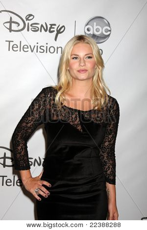 LOS ANGELES - AUG 7: Elisha Cuthbert, die Ankunft der Disney / ABC Television Group 2011 Sommer Pres