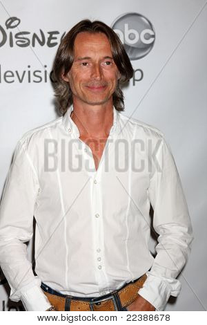 LOS ANGELES - AUG 7:  Robert Carlyle arriving at the Disney / ABC Television Group 2011 Summer Press Tour Party at Beverly Hilton Hotel on August 7, 2011 in Beverly Hills, CA